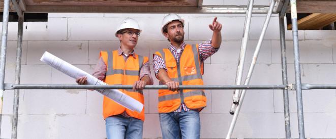 arbeitnehmerhaftung was angestellte wissen sollten zwei mnner in orangenen warnwesten und schutzhelmen stehen auf - Arbeitnehmerhaftung Beispiele