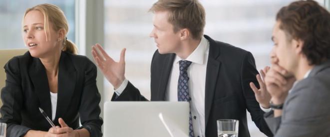 Beleidigung Am Arbeitsplatz Durch Kollegen Droht Abmahnung