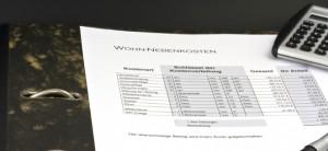 Tschenrechner liegt auf Abrechnung aus Papier