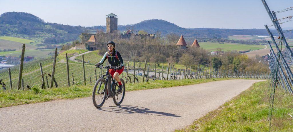 Fahrradfahrerin in den Bergen