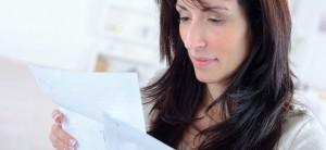 bruanhaarige Frau liest einen Brief