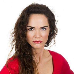 Koerpersprache deuten: Frau mit boeser Miene