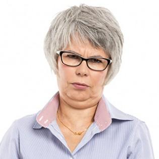 Koerpersprache deuten: aeltere Frau mit ernster, skeptischer MIene