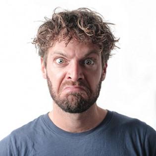 Koerpersprache deuten: boese schauender Mann