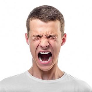 Koerpersprache deuten: Schreiender, wuetender junger Mann