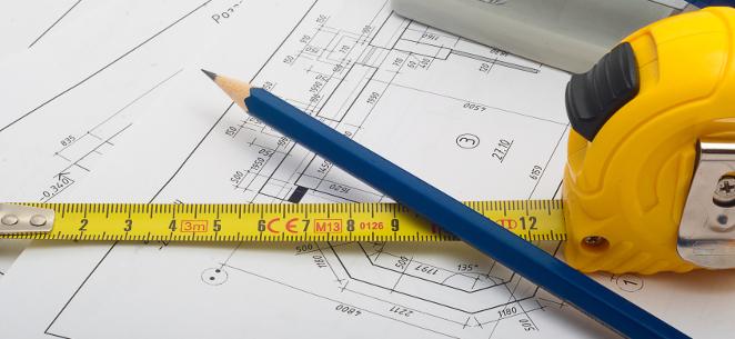 Bleistift und Maßband auf dem Grundriss einer Wohnung: Wird die Wohnfläche korrigiert, darf die Miete nur moderat steigen