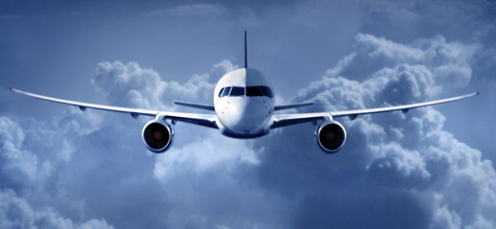 Fluggastrechte: Was sind außergewöhnliche Umstände? Ein Flugzeug von vorn, dahinter graue Wolken.