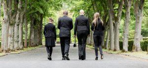 Menschen in schwarzer Kleidung von hinten