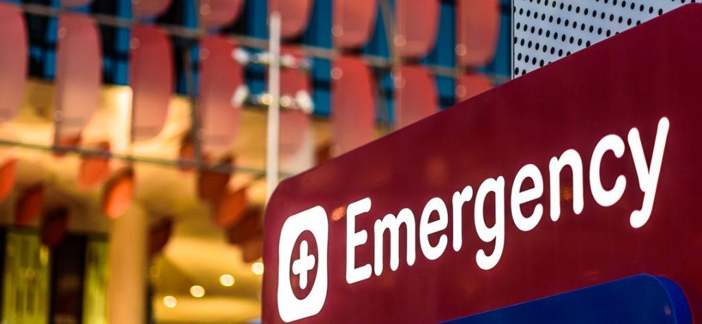 Nahaufnahme eines Emergency Schildes