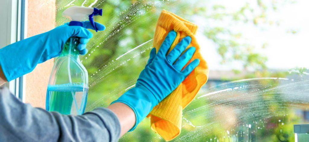 Person, die Fenster putzt