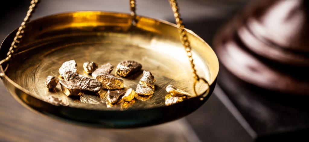 Gold auf einer Pendelwaage