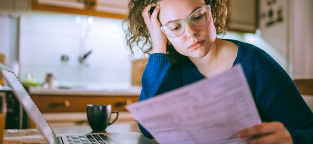 Junge Frau liest Mietvertrag