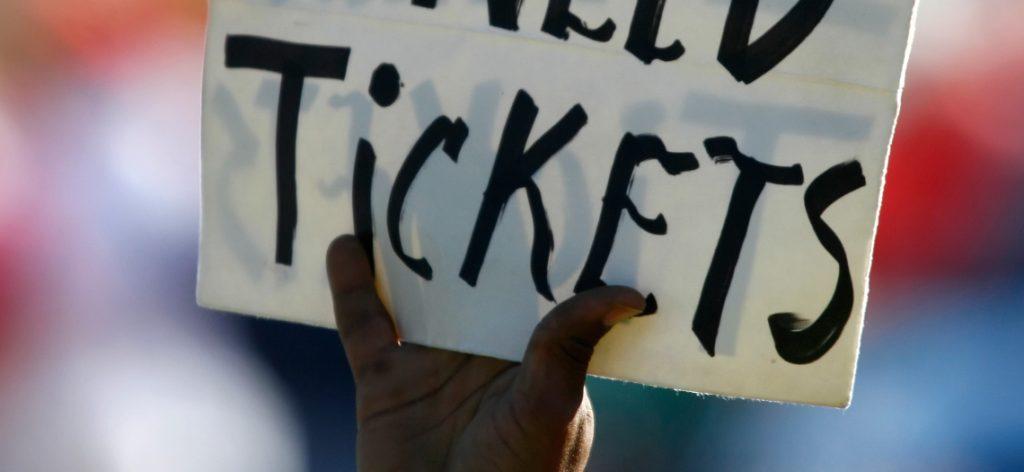 Schild mit der Aufschrift Tickets wird hochgehalten
