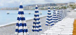 Leere Liegen an einem Strand