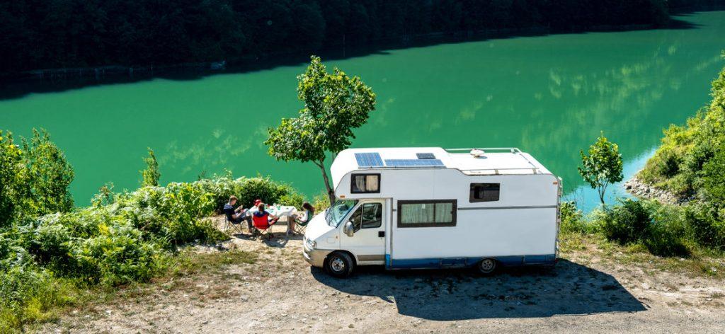 Familienausflug im Wohnmobil im Sommer am See