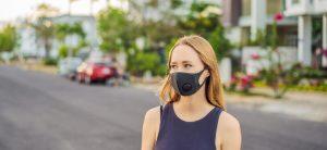 Frau mit Maske während der Corona-Pandemie