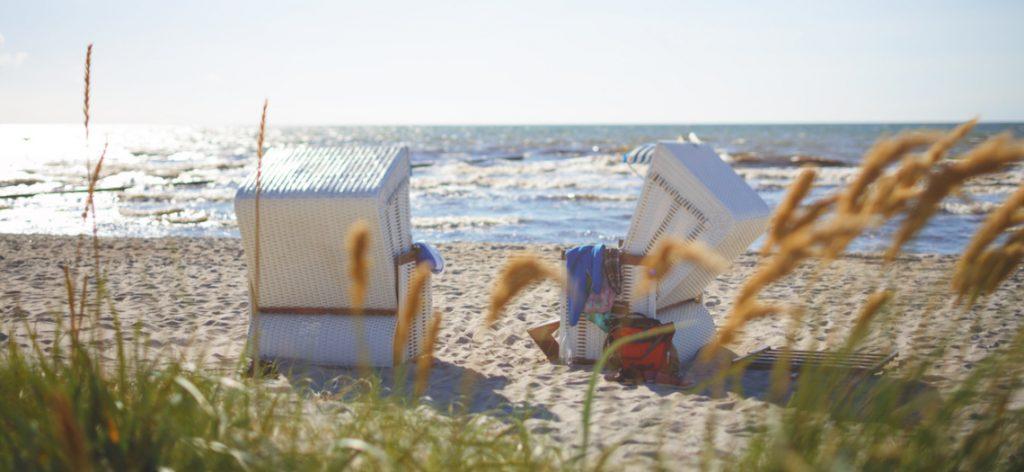 Strandkörbe von hinten in der Abendsonne