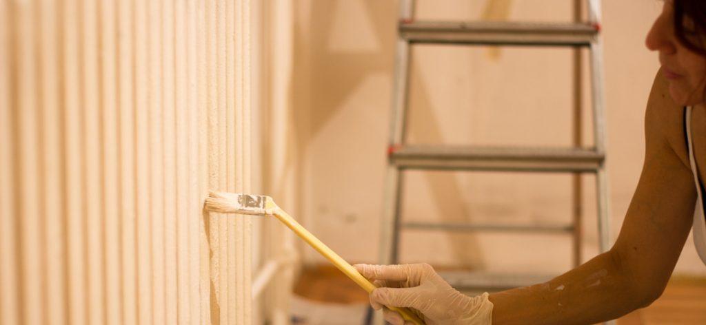 Nahaufnahme Frau, die Wand streicht