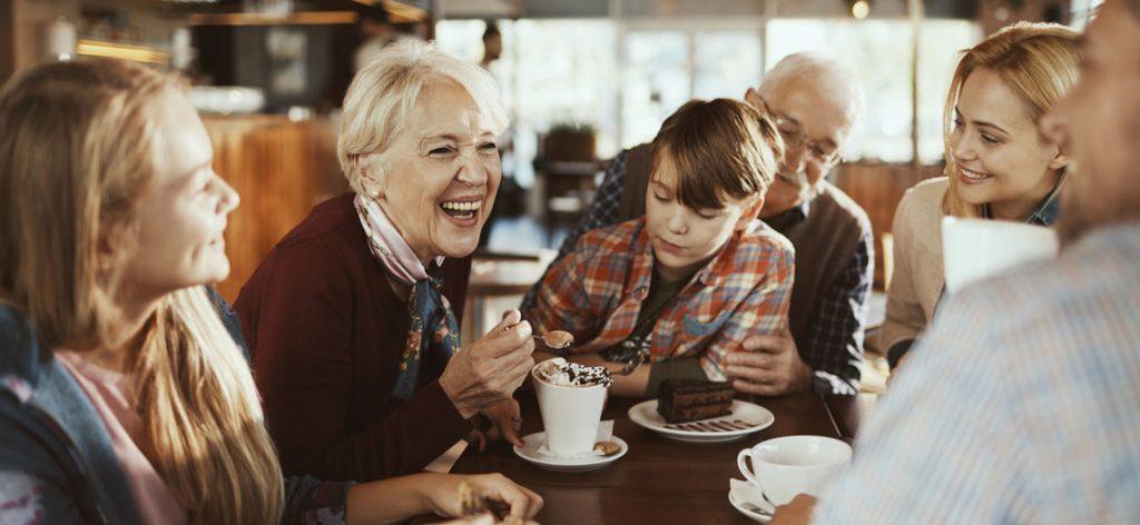 Fröhliche Familie genießt ihre Zeit zusammen in einem Cafe.