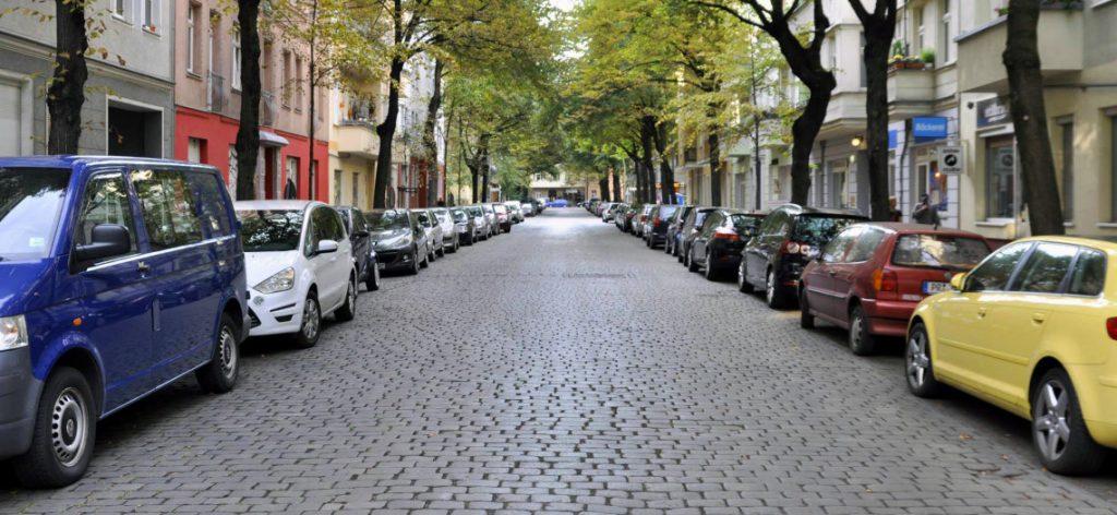 Parkende Autos auf einer Berliner Straße